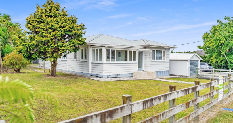 Solid Classic, 4 Bedroom Home – Walk to Waipu Village